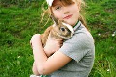 Muchacha con un conejo Imagen de archivo libre de regalías