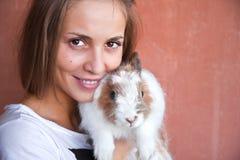 Muchacha con un conejo. Foto de archivo libre de regalías