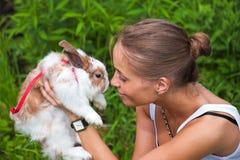 Muchacha con un conejo. Fotos de archivo