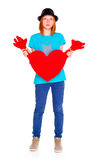Muchacha con un corazón rojo, aislado en el fondo blanco Foto de archivo