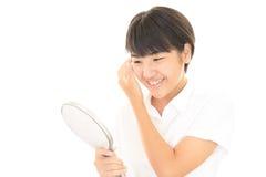 Muchacha con un espejo de mano Foto de archivo
