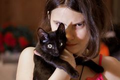 Muchacha con un gatito foto de archivo