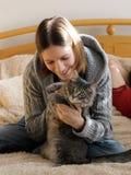 Muchacha con un gatito Imagen de archivo