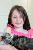 Muchacha con un gato Fotos de archivo