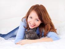Muchacha con un gato Foto de archivo