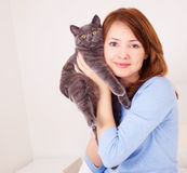 Muchacha con un gato Imagen de archivo