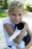 Muchacha con un gato Imagenes de archivo