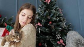 Muchacha con un gato por la chimenea Año Nuevo almacen de video