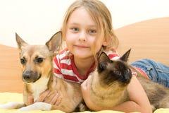 Muchacha con un gato y un perro Fotografía de archivo libre de regalías