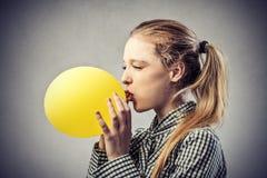 Muchacha con un globo amarillo Foto de archivo libre de regalías