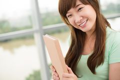 Muchacha con un libro Imágenes de archivo libres de regalías