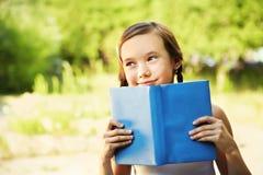 Muchacha con un libro Imagen de archivo