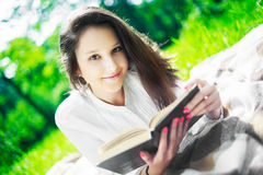 Muchacha con un libro Fotografía de archivo libre de regalías