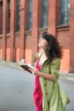 Muchacha con un libro en el fondo del paisaje industrial Imagenes de archivo