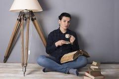 Muchacha con un libro y un café Fotografía de archivo