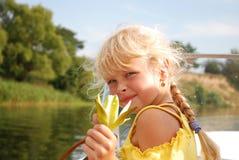 Muchacha con un lirio en su mano Foto de archivo libre de regalías