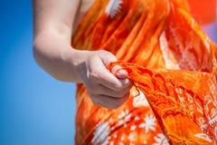 Muchacha con un mantón en sus manos Imagen de archivo