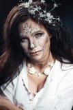 Muchacha con un maquillaje estilizado de una novia muerta Foto de archivo libre de regalías
