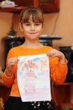 Muchacha con un modelo pintado Imagenes de archivo