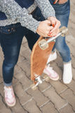 Muchacha con un monopatín Imagen de archivo libre de regalías