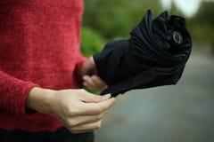 Muchacha con un paraguas Foto de archivo libre de regalías