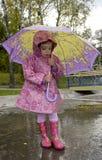 Muchacha con un paraguas imagenes de archivo