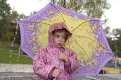 Muchacha con un paraguas imagen de archivo