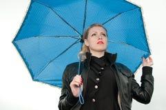 Muchacha con un paraguas Fotos de archivo