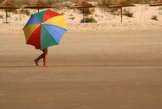 Muchacha con un paraguas colorido Imagen de archivo libre de regalías
