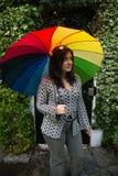 Muchacha con un paraguas del arco iris Fotografía de archivo