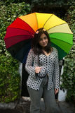 Muchacha con un paraguas del arco iris Fotos de archivo libres de regalías