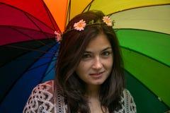 Muchacha con un paraguas del arco iris Imagen de archivo libre de regalías