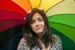 Muchacha con un paraguas del arco iris Imágenes de archivo libres de regalías