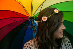 Muchacha con un paraguas del arco iris Imagenes de archivo