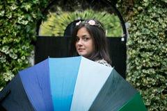Muchacha con un paraguas del arco iris Fotografía de archivo libre de regalías