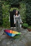 Muchacha con un paraguas del arco iris Fotos de archivo