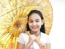 Muchacha con un paraguas tradicional Fotos de archivo