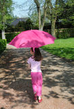 Muchacha con un parasol rosado fotografía de archivo libre de regalías