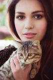 Muchacha con un pequeño gato Foto de archivo