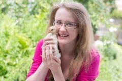 Muchacha con un pequeño pollo Fotografía de archivo libre de regalías