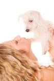 Muchacha con un perrito fotografía de archivo