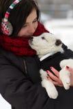 Muchacha con un perrito al aire libre en invierno Fotos de archivo