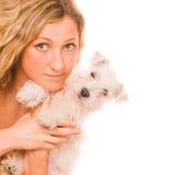 Muchacha con un perrito blanco fotografía de archivo libre de regalías