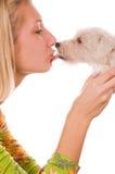 Muchacha con un perrito dulce fotos de archivo