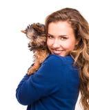 Muchacha con un perro de perrito en estudio Fotos de archivo