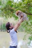 Muchacha con un perro de Pomerania Fotografía de archivo libre de regalías