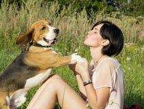 Muchacha con un perro en el parque Foto de archivo libre de regalías