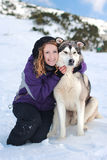 Muchacha con un perro en invierno Fotografía de archivo libre de regalías
