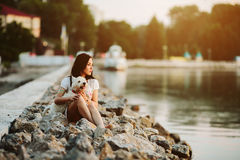 Muchacha con un perro en la 'promenade' Foto de archivo libre de regalías