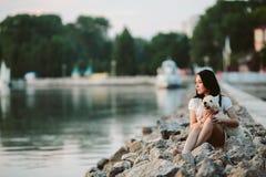 Muchacha con un perro en la 'promenade' Imagen de archivo libre de regalías